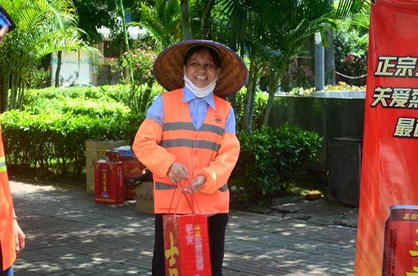 王老吉为琼海环卫工人送清凉 关爱烈日下最可爱的人