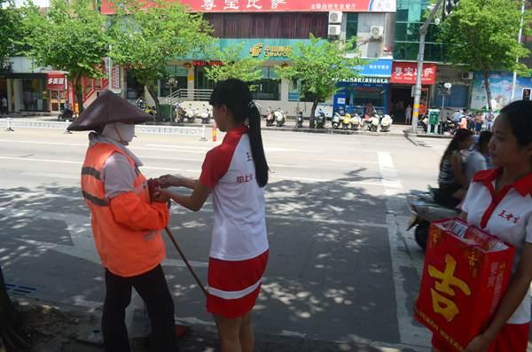 """王老吉""""关爱烈日下最可爱的人""""公益活动今日继续进行"""