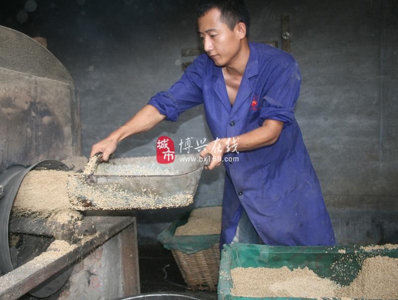 """经济开发区赵楼村陈记""""香油坊""""工作人员进行香油制作"""