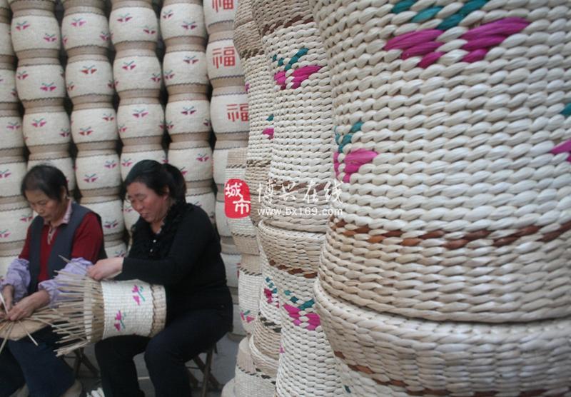 在山东博兴县锦秋街道孟桥村,农民正在使用玉米皮编织工艺品。  在山东博兴县锦秋街道孟桥村,农民李秀华正在晾晒玉米皮,准备编织工艺品。    在山东博兴县锦秋街道湾头村,一名农民正在整理以玉米皮为原料的工艺品。  在山东博兴县锦秋街道湾头村,一名农民正在展示以玉米皮为原料的工艺品。 在许多地方,大量被剥去的玉米皮在许多地方可能被抛弃或焚烧,可在山东博兴县锦秋街道,当地农民却将玉米皮晒干后,将其编织成门帘、坐垫、挎包、花篮、拖鞋等各类既实用又美观的工艺品。据了解,这种玉米皮工艺品天然无污染,质感柔软舒适