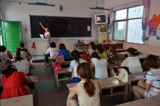 西峡县城区二小举行幼儿园教师培训会