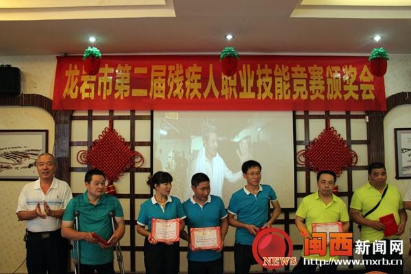 一参赛选手画的水彩画——中国梦   网页制作比赛现场