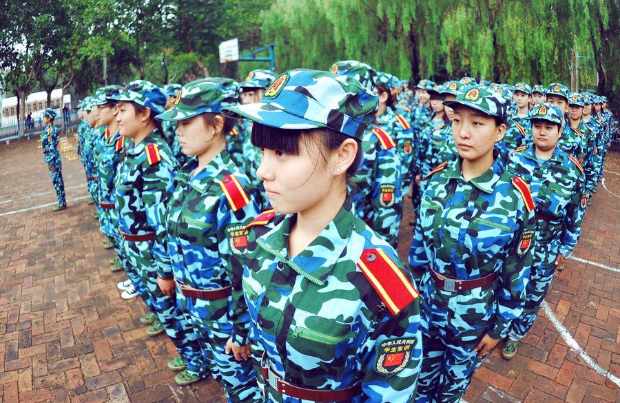 聊城大学八千多名新生进行军训