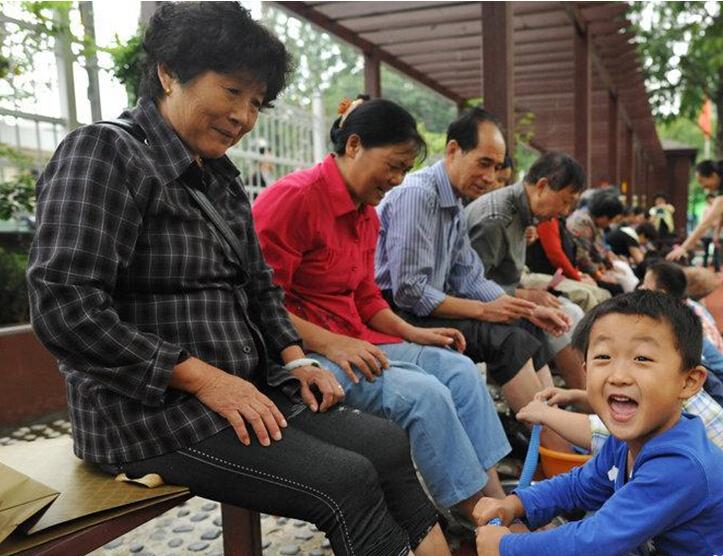 孩子们邀请爷爷奶奶来到幼儿园