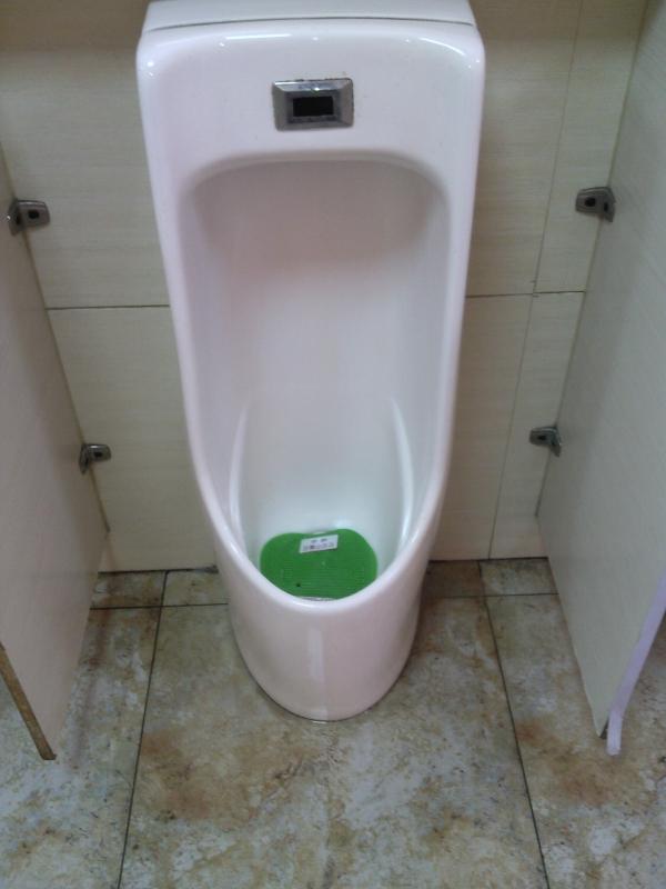 马桶便池水位怎么调