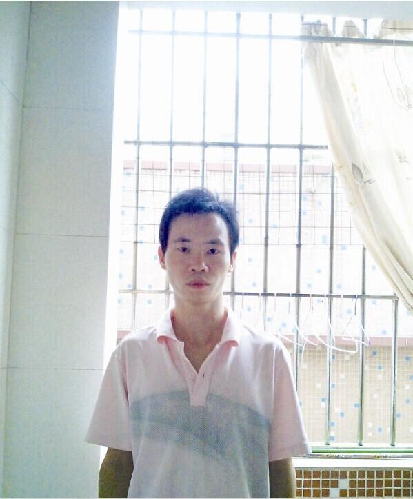 彭锦的生活照 很小的时候,母亲因病去世,父子相依为命;3年前,一场车祸,让父亲瘫痪,生活不能自理。面对苦难,80后小伙毅然扛起家庭的责任,背父打工还债。他对自己说,爸爸倒下了,我要撑起这个家。 近日,黄冈市黄冈楷模10月榜单揭晓,罗田县的彭锦获得黄冈孝心榜提名,这位带着瘫痪父亲外出打工的小伙感动了很多人。 一场车祸让父亲高位瘫痪 今年27岁的彭锦,是罗田县河铺镇簰型地村11组人,母亲在他很小时去世了,他与父亲相依为命。他懂事很早,早上起床洗好衣服去上学,下午放学回家就洗米做饭,放假时帮家里做些