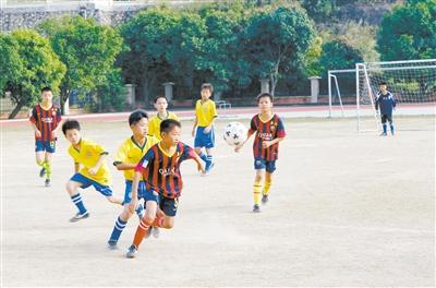 校长杯 小学生五人制足球赛在鱼林小学开球