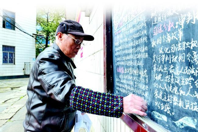办的黑板报刚完成,就吸引了过往路人的目光.至此,吴福祈坚持