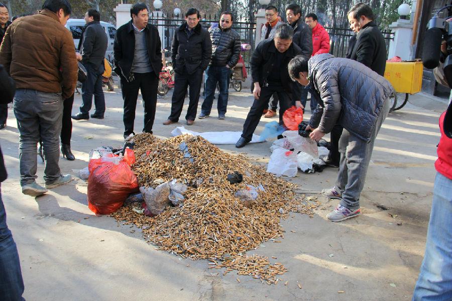 目前,创建全国文明城市工作正轰轰烈烈开展,我局干部职工举全力推进文明城市创建,在保持好环境卫生的同时,还开展了捡烟头活动。 于2014年12月1日下午,经过实地现场称量,各清扫公司、志愿者们捡烟头共计299.08斤。相对于庞大的散落在城市各处的垃圾来说,今天捡起的是微不足道的,但是,再微笑的力量,也可以汇聚,希望随地乱扔烟头的现象,能够越来越少;希望在濮阳街头,捡到的烟头越来越少。本信息在这里发出倡议:为了我们的城市,请您将烟头扔进垃圾箱。(伍斌芳/文)