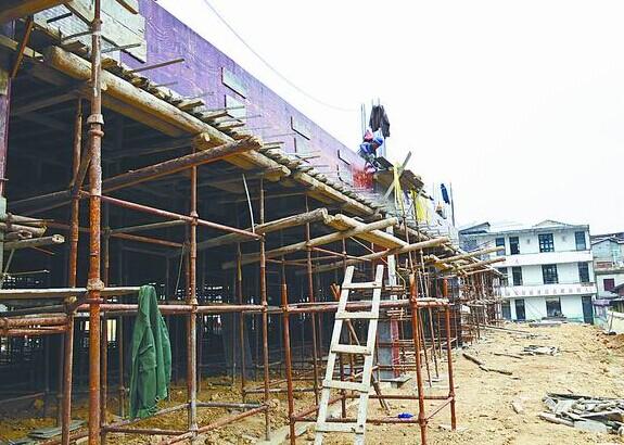 在鲤南中心幼儿园的建筑工地上