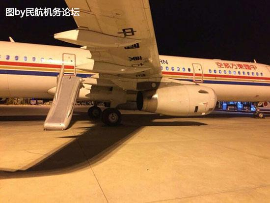 专家同时提醒,飞机起飞之前,乘务员都会讲解,应急门非特殊情况不能