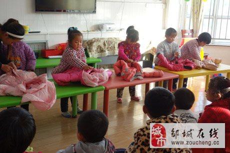 邹城市看庄镇中心幼儿园开展叠衣服比赛活动