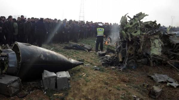 陕西渭南:一架飞机坠毁 至少两人死亡(组图)