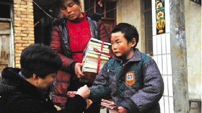 二年级的班里有11名同学,只有小刘臣独自占用一个桌子,而且还在第一排图片