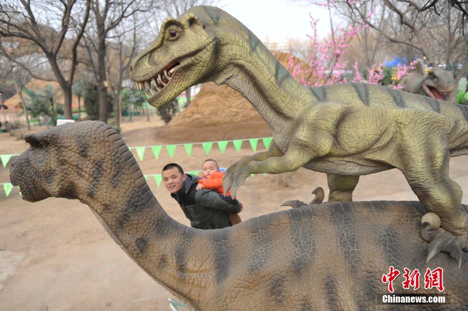 """民众体验""""侏罗纪公园"""""""