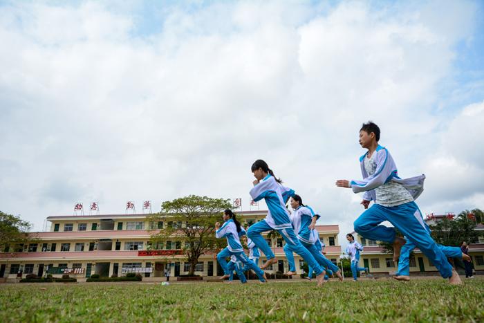 烟塘中学七年级一班的同学们在上体育课