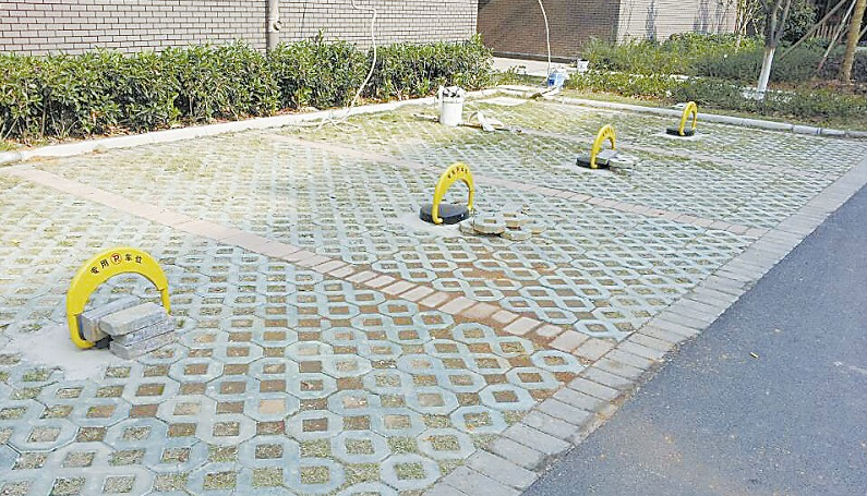 处停车位上方的一块空地场平出来,种树形成隔离带,然后硬化铺设地砖