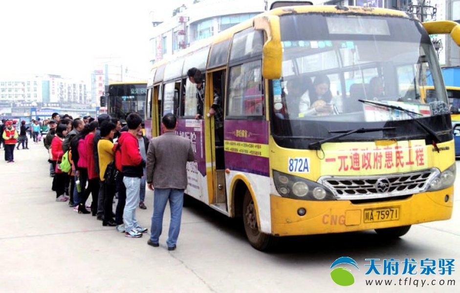 地铁公交无缝对接 游客排队上车秩序井然