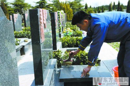 清明节期间,银河陵园将会购置大量鲜花,布置思念墙,悬挂千纸鹤,并开展