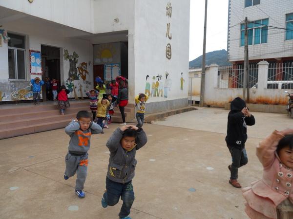 建水普雄中心幼儿园开展地震安全应急疏散演练