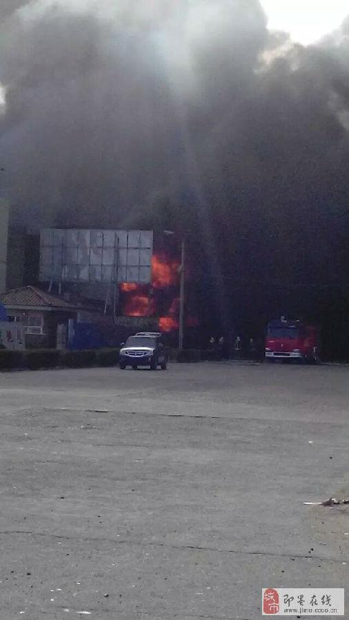 17:26最新消息:两名伤者已送医院救治,无生命危险.目前火势已被控制.