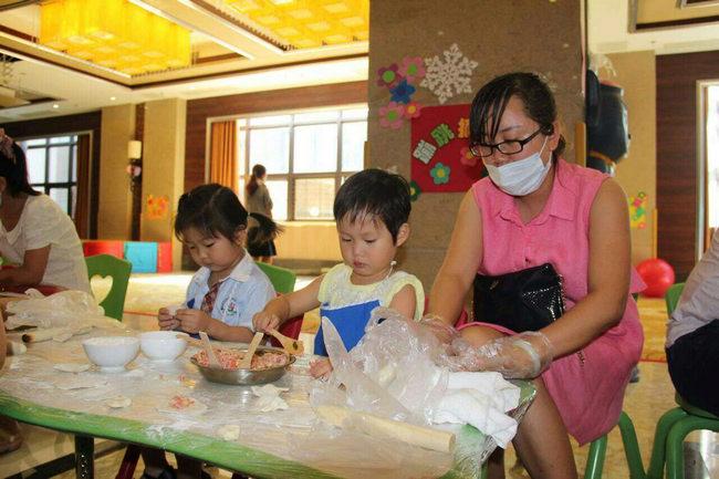 """新文华幼儿园举行""""爱劳动·快乐包饺子""""亲子活动庆祝五一"""
