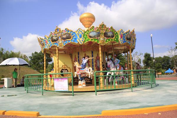 龙寿洋游乐园的游乐设施旋转木马