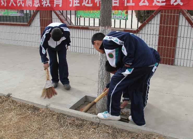 长安乡中心学校开展卫生大扫除活动