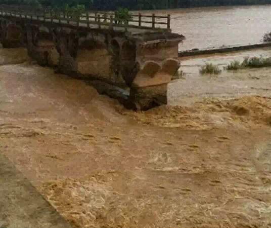 高州大井镇大坡山龙湾旧桥被洪水冲断