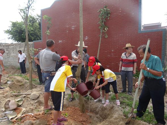 植树现场,不管是莲埭小学的小学生志愿服务队队员还是莲西村老年志愿