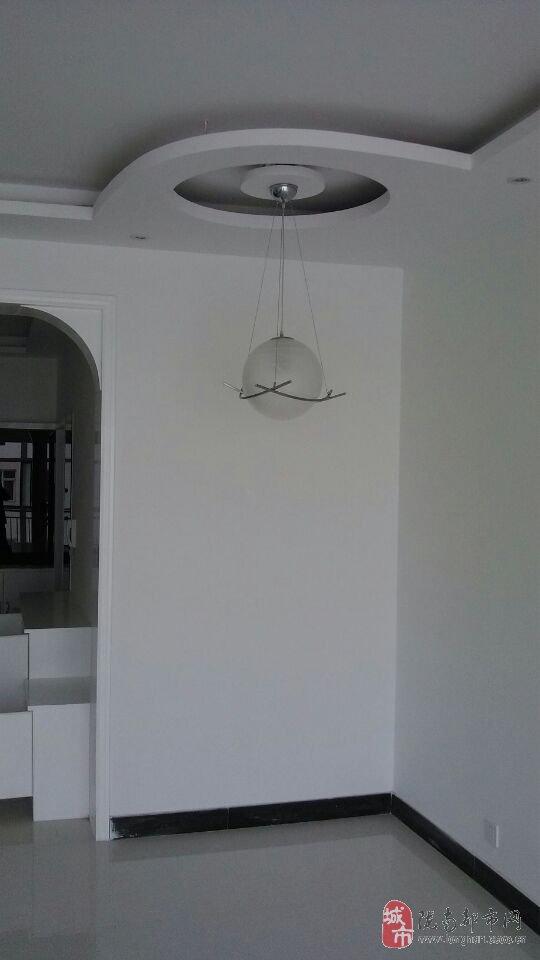 """房屋装修为现代流行的后现代""""黑白灰""""风格,搭配家具,电器随意,清爽"""