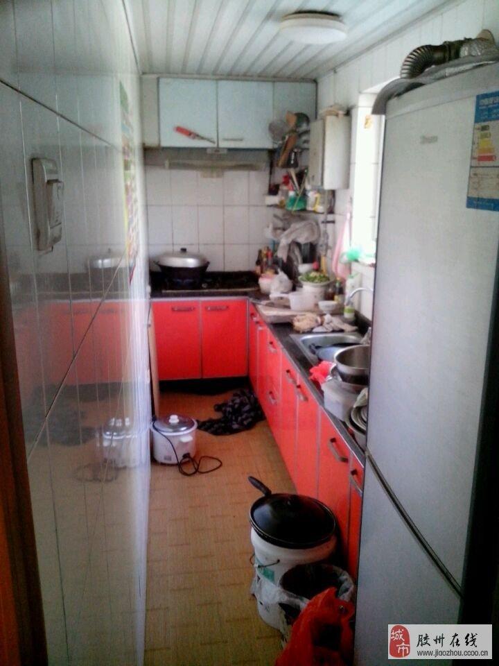 房屋在1楼,2室2厅1厨1卫,中等装修,屋内设施齐全:空调,沙发,茶几