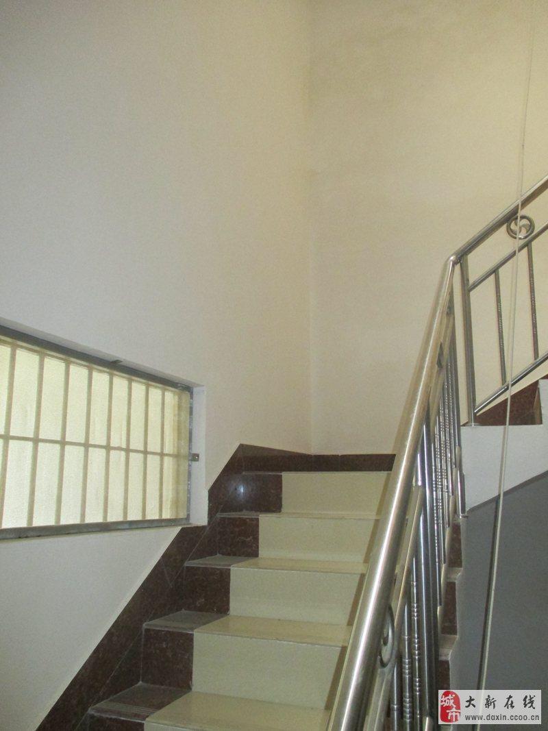 5米,是钢筋水泥结构的三层楼房,连接平顶厨房20平方米,住房面积一共