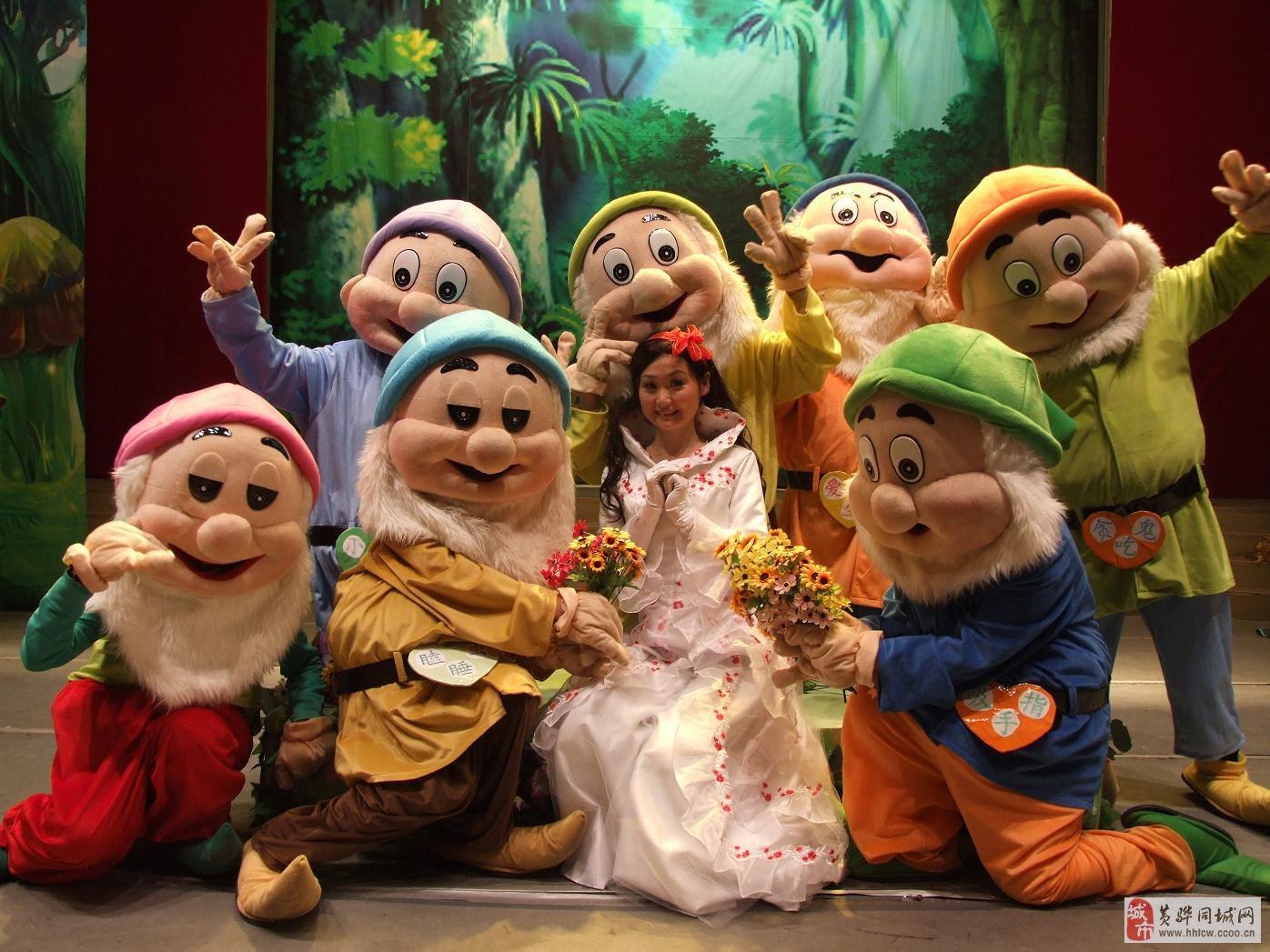11月23日由北京卡兔儿童艺术剧团带来的《白雪公主与七个小矮人》大型真人卡通剧,将强势登陆沧州影剧院大舞台。七个小矮人性格各异,笑态百出,当然也发生了一些异常搞笑和不可思议的事情,那么,他们与世界上最美丽的白雪公主这次又会发生什么样离奇的故事呢?王子这次又去哪里了呢?坏王后又会使出什么样的怪魔法呢?种种的猜想,就让爸爸妈妈们带孩子们一起走进沧州影剧院去揭晓谜底,探个究竟吧。演出中,炫目的灯光,精湛的表演,精美的舞台布景,再加上新编的剧情与跌宕起伏的故事情节,加上演出过程中演员们会时不时的与小朋友们进行互动