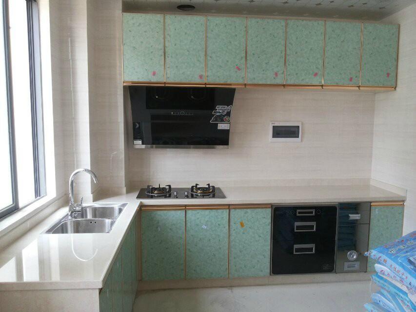 瓷砖橱柜是近年出现的一款新型的橱柜,主要材料是水泥、瓷砖。纯手工制作,制作过程繁杂,但是它的外形美观、结实耐用、绿色环保,无污染、无辐射,而且易清洗、价格实惠。对比市面上现成昂贵的整体橱柜,它还可以根据您的厨房面积大小进行个性化设计,百余种橱柜门的花色可供选择,是咱小老百姓厨房最佳的选择,可谓是厨房之友哦! 专门从事新型瓷砖橱柜制作,专业的手艺为您打造完美的厨房! 联系我时请说明是在大新在线看到的 同城交易请当面进行,以免造成损失。外地交易信息或者超低价商品请慎重,谨防上当受骗。