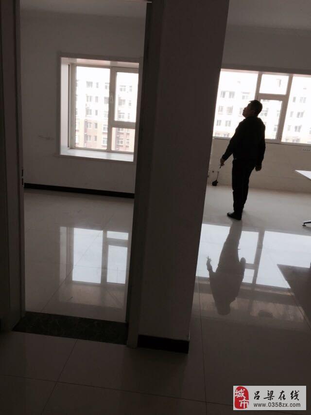 吕梁政务大厅、离石政务大厅、离石汽车站仅一步之遥.楼前落高清图片