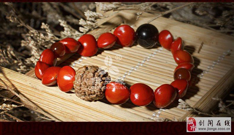 树高三四十米,主要生长在长江以南,故有南国红豆之称,其果实色艳如血