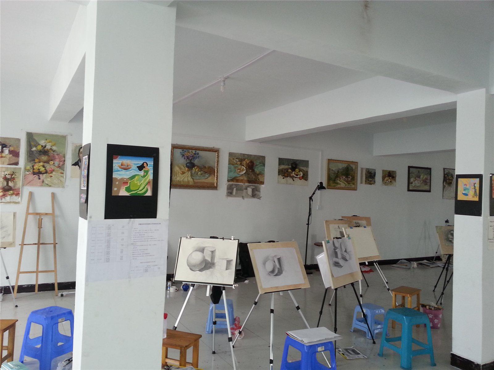 黄色墙面画室手绘墙