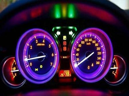 仪表盘上的指示灯vs车辆的健康高清图片