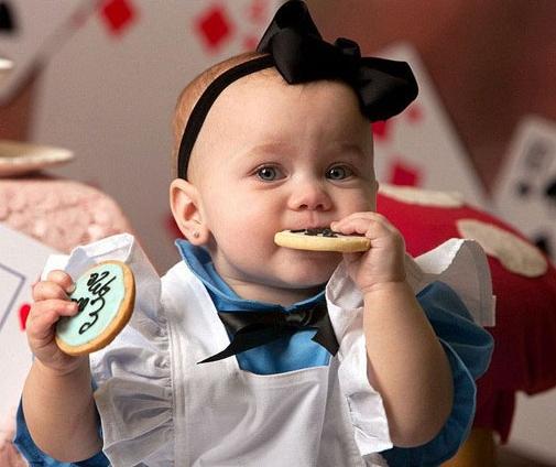 第一、尽量色彩鲜艳   当然这样的原则还是要根据宝宝的肤色进行搭配,如果宝宝皮肤偏向于暗黄色,那么当然可以选择色彩缤纷的衣服,如果宝宝的皮肤比较白皙亮丽,那么可以选择粉红色或者黄色等亮丽颜色得服装,会显得宝宝更加活泼可爱,皮肤娇嫩。   第二、体型相配 宝宝因为遗传或者后天发育的不同,体型也会不一样,那么拍摄照片时进行服装搭配也要将体型因素考虑进去,如果宝宝偏胖,可以选择黑色、蓝色等,将身形显得瘦小;如果是偏瘦体型,那么应该选择暖色调的衣服,如红色、黄色等等,给人一种视觉上的张力。