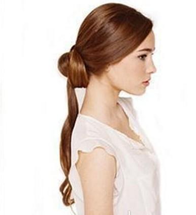 新娘发型详细步骤一: 把头发梳理清,往后扎一个低马尾,在边上留出图片