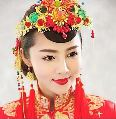 妆容头饰打造贵气新娘   新娘的妆容,发型与配饰都是决定新娘造型是否图片