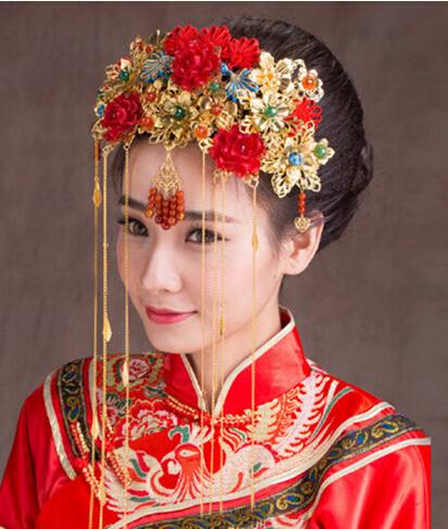 中式婚礼新娘造型 演绎古典新娘的风韵   丰富的头饰装点在整个发型上