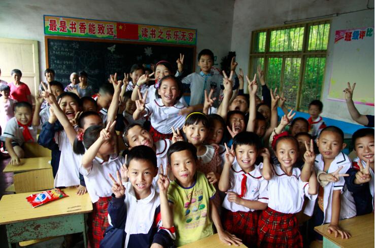 """""""六一""""我们和你在一起 自贡汽摩商会关心贫困学校关爱留守学生"""