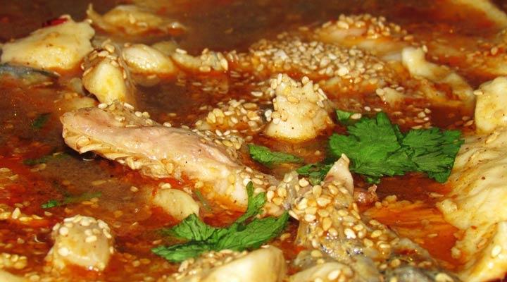 《寻密美食》走进云南蒸汽石锅鱼