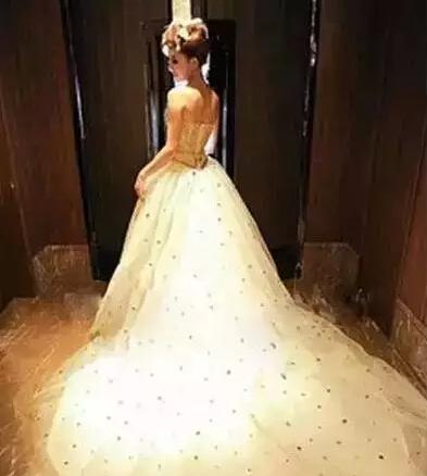 小个子定制婚纱_有针对性地改善矮个子新娘身材的婚纱定制