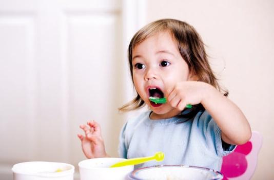 专用餐具 可爱的图案,鲜艳的颜色,婴儿专用的漂亮餐具会让宝宝对辅食