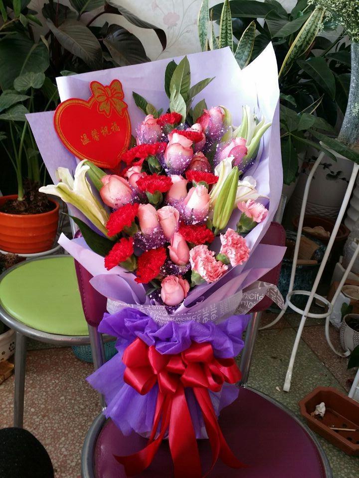 27 支红玫瑰加3支百合,爱妻花束礼盒原价296 团购价196,爱她就向她表现一下