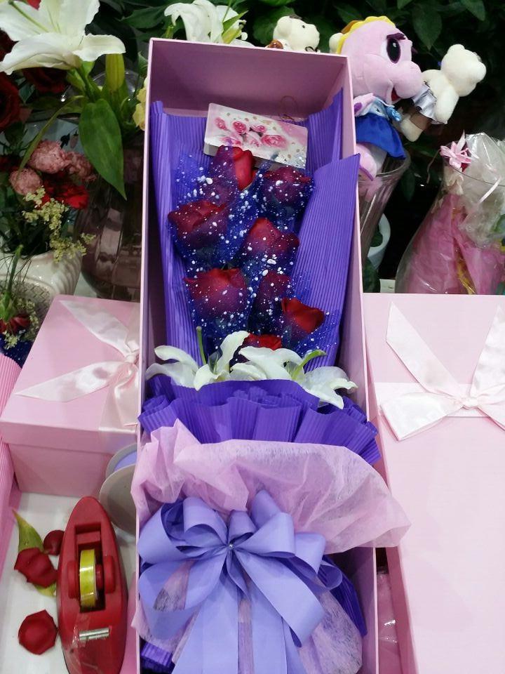 9支红玫瑰加3支百合长相守花束礼盒原价161元团购价89元,鲜艳花朵,点缀生活