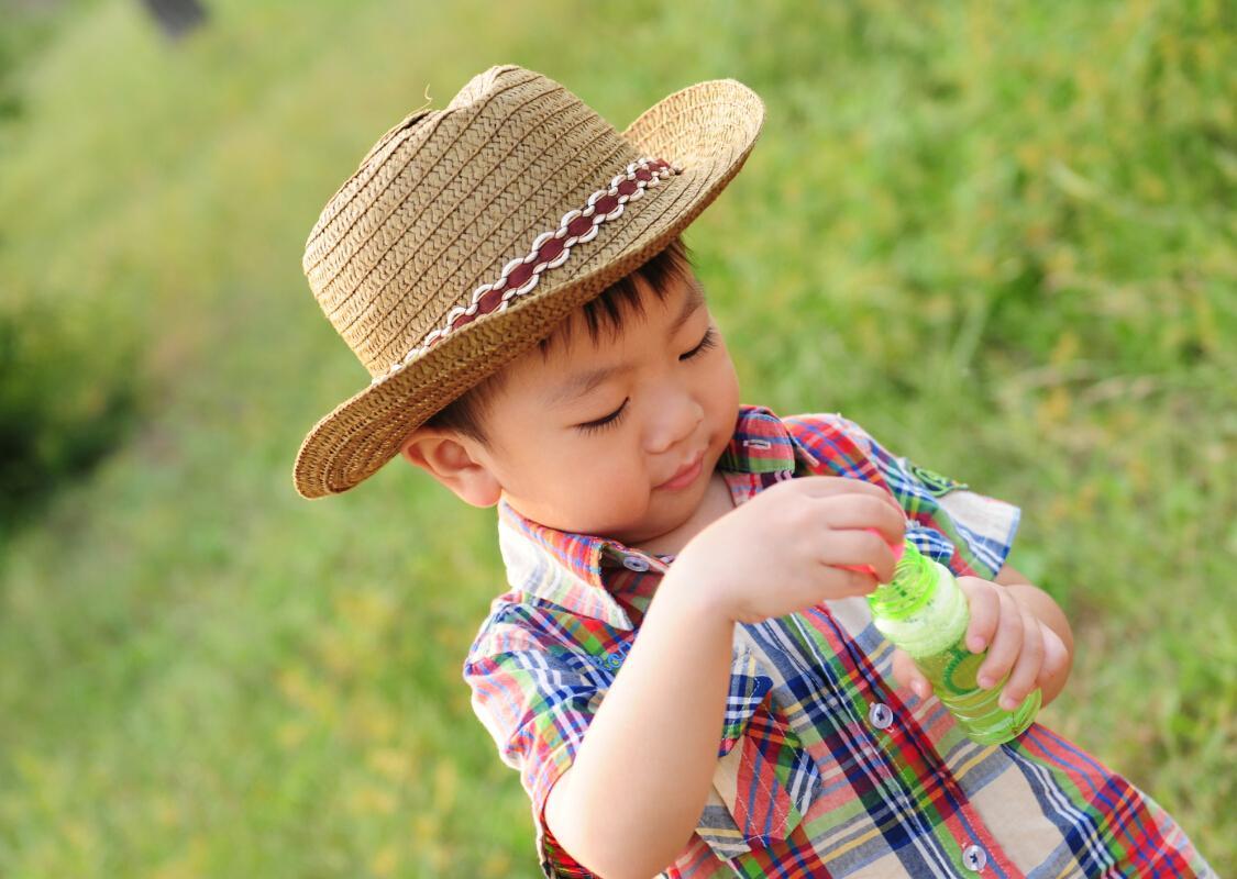 准确捕捉孩子们举手投足,一颦一笑中流露出来的最纯真可爱的一面,为